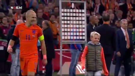 荷兰2比0瑞典 罗本赛后绕场致谢