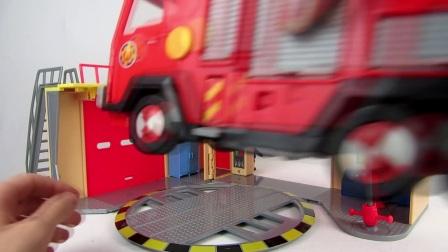 勇敢的消防员在为我们展示消防车,我们应该时刻明白用火安全