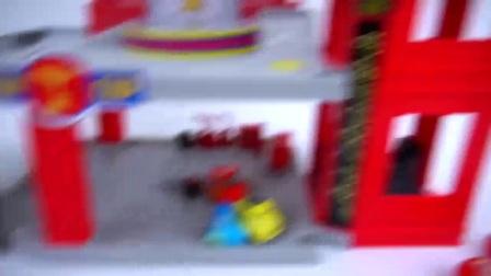 赛车总动员闪电侠麦昆和好朋友在超级冠军台领奖