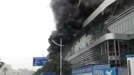 珠海一建筑垃圾起火 冒出滚滚浓烟