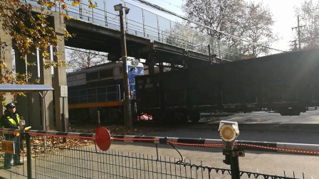 浦口道口偶遇df7c牵引空煤车停车。