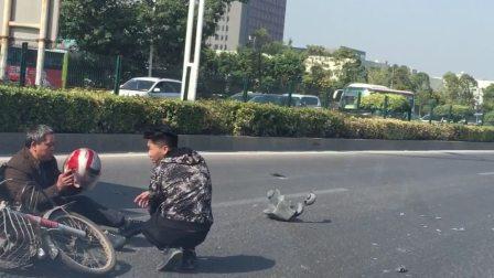 珠海男子骑摩托车被撞倒地