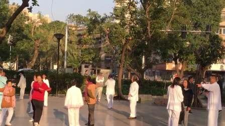 珠海的太极爱好者在广场交流