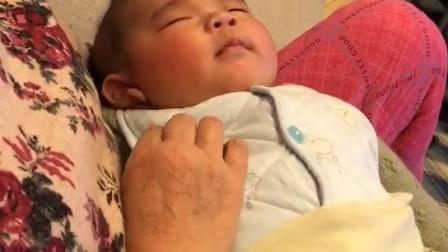 宝宝睡梦中的笑