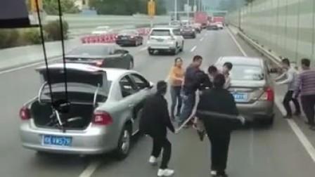 广州番禺马路上演路怒族打架