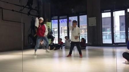 和老师一起斗舞