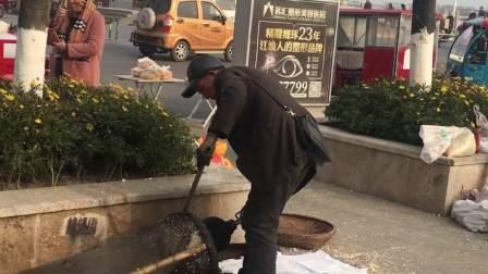 四川做传统爆米花的老人 一天赚200