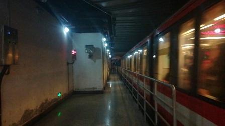 南京地铁二号线(011012)出新街口站。