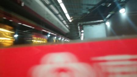 南京地铁二号线(047048)进新街口站。