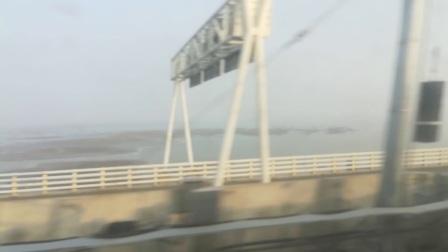 南京地铁s9号线(007008)过石臼湖大桥到达团结圩站。