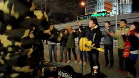 张明远在圣诞节和路过的青年们一起唱歌