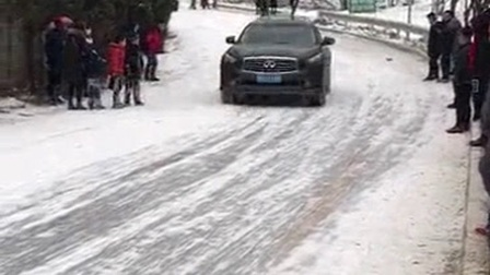 甘肃天水南郭寺上山道路落雪后太滑