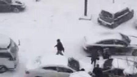 下雪了,车都开始溜冰模式了