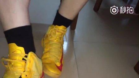 篮球帅哥脱球鞋秀臭袜