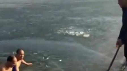 《惊险的冬泳》制片:一滴水阿寿,喜欢冬泳的朋友应注意安全。