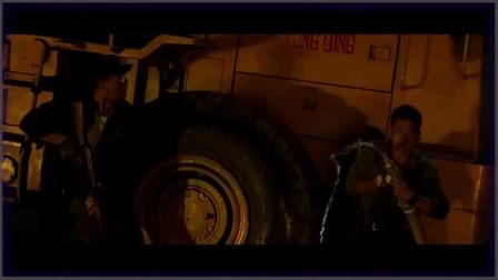 27战狼2中最热血的一个片段,熊孩子经历这战后成长!冷锋跟达康书记这段枪战太经典,全影院热血沸腾!_标清