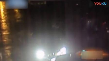 """奔驰宝马当街四连撞 两名男司机雨夜""""互撕""""[高清版]第0段.ifox_标清"""