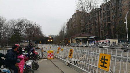 短型货列经过中和桥道口。