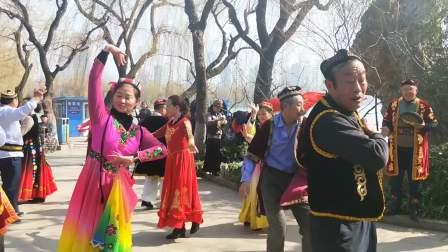 公园里的新疆舞