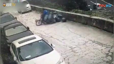 摩托车上的煤气罐散落一地,面包车司机迅速反应,踩油门倒车