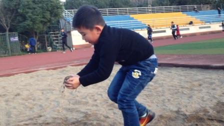 【6岁半】1-15哈哈在操场上玩沙子,堆小山IMG_9431