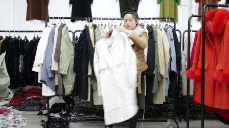 精品女装批发服装批发时尚春秋杂款女士风衣超低价清货100件一份,不可挑款零售混批