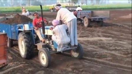 """开挂的印度人驾驶拖拉机没""""配重"""" 请看车头在干嘛"""