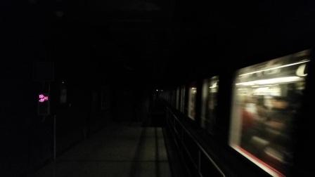 南京地铁二号线(015016)出明故宫站。