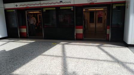 南京地铁二号线(061062)进出兴隆大街站,(001002)进兴隆大街站。