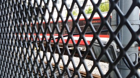 南京地铁二号线(001002)进油坊桥站。
