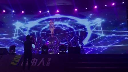 广州鼓舞倾城艺术团 女子镜片舞加水晶球杂技演出