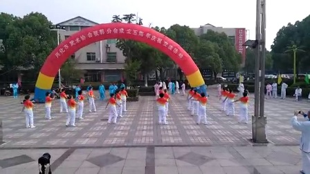 张郭全民健身队表演第三套柔力球