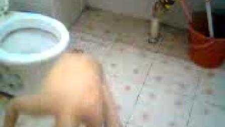4岁男孩洗澡搞笑片段