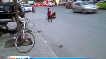 【拍客】街头喝奶小孩 沧桑流浪路