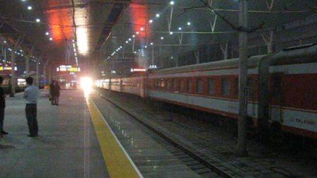 1302次正点到达天津站进二站台