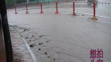 【拍客】实拍暴雨使街道成河瞬间