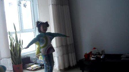 宝贝女儿多多表演视频:可爱的小乌龟