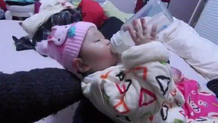 宝宝学会了自己喝奶