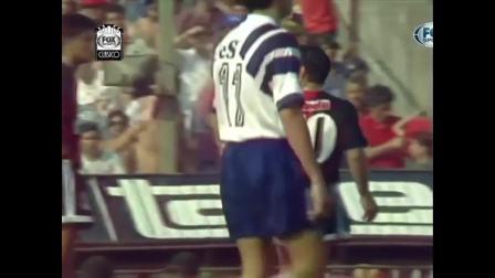1993年10月10日马拉多纳代表纽维尔老男孩首演  6岁的梅西就在看台上