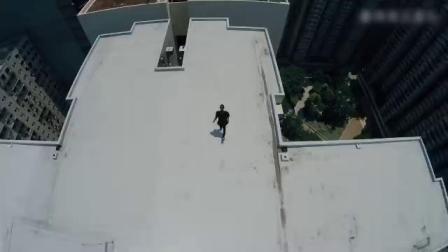 国外跑酷高手在高楼大厦间穿梭,身轻如燕