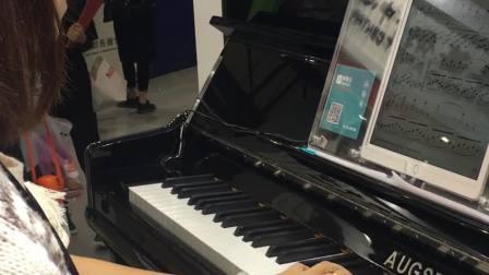 气质钢琴老师用伴奏王和钢琴示范弹奏