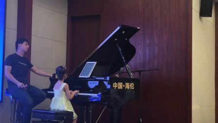 钢琴讲座 小女孩上台用伴奏王演练01