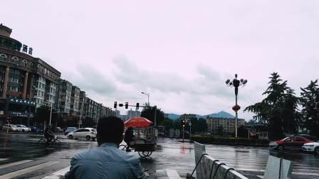 辽宁朝阳下雨天的朝阳大街(手机拍摄)