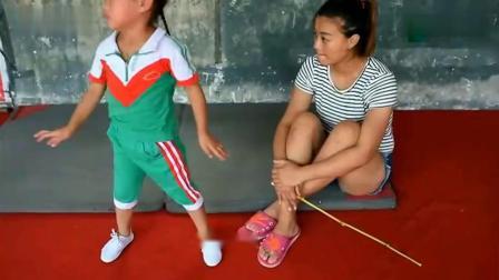 这么小孩子就来学杂技,看着好心疼,孩子太受苦,做不好还要挨打