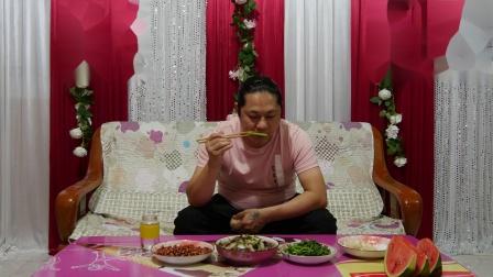 今天晚上三个菜,朱坤做的猪血炒白菜、花生米和茼蒿
