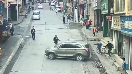 两妇女在门口休息,小车拐着弯去要命