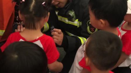 参加消防员活动