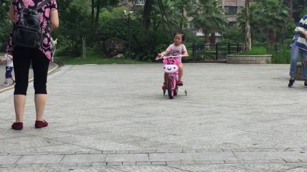 彭羽娍骑自行车