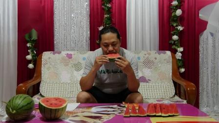朱坤花了25元钱买了两个红玉西瓜,甜得很