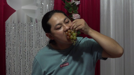 朱坤 吃葡萄